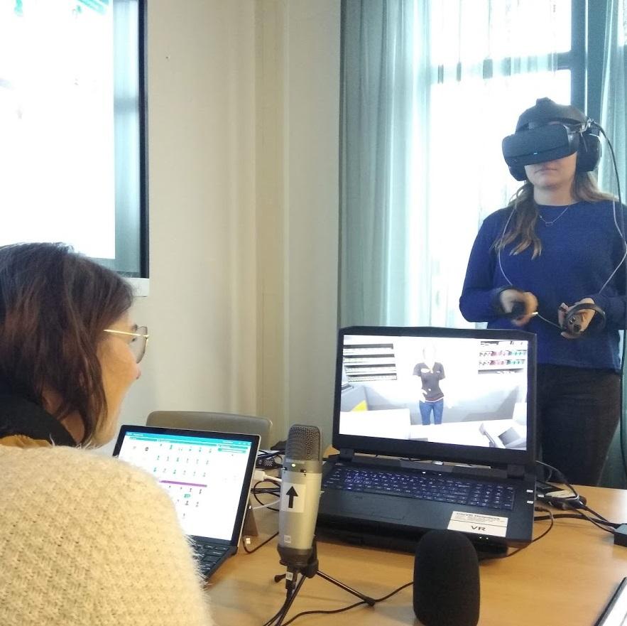 Twee behandelaren oefenen met VR