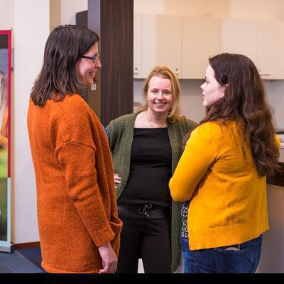3 vrouwen in gesprek