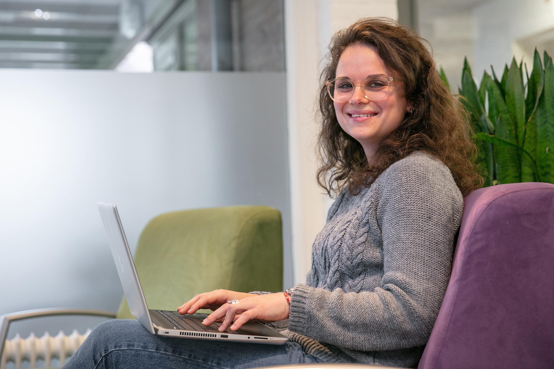 Vrouw achter computer