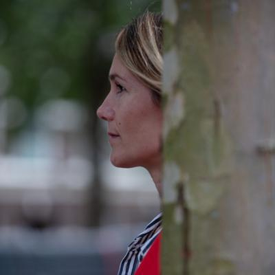 Vrouw achter boom