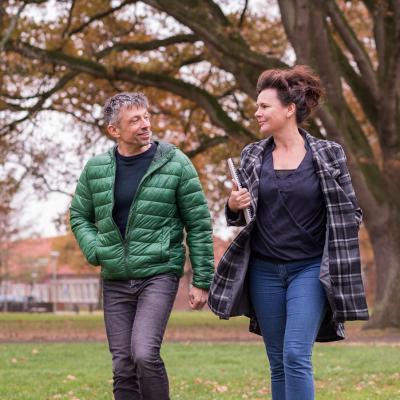 man en vrouw buiten aan het wandelen