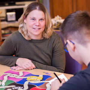 Twee jongeren doen bordspel