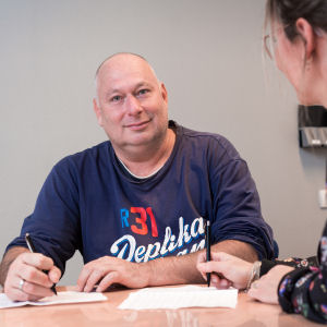 Man schrijft aan tafel