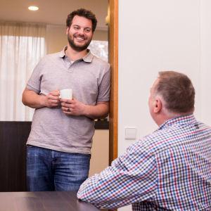 Twee mannen in overleg met koffie