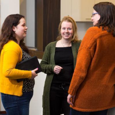 Drie collega's in gesprek