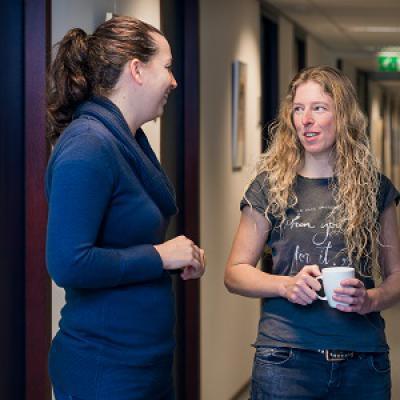 Vrouwen in gesprek met koffie