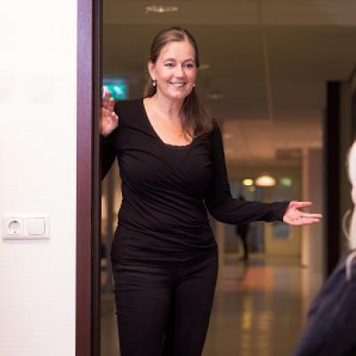Vrouw in deuropening