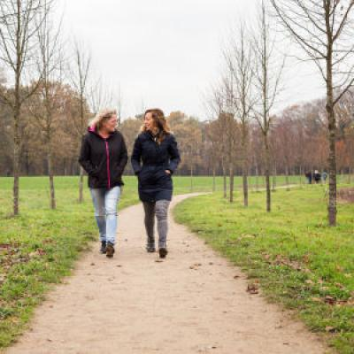 Twee vrouwen wandelen buiten
